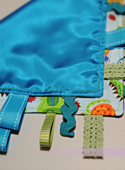 {DIY} Baby Ribbon Taggy Blanket